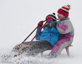 girls sledging 945650